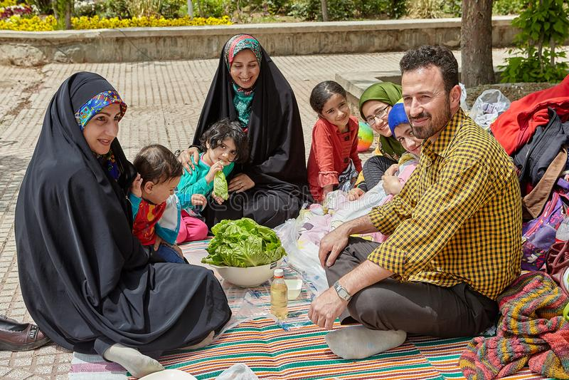 Große iranische Familie auf einem Picknick, Teheran, der Iran lizenzfreie stockbilder