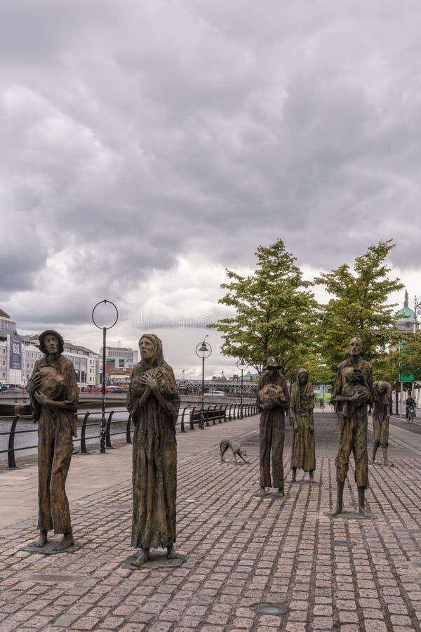 Große irische Hungerstatue in Dublin, Irland stockbilder