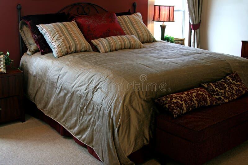 Große Königin sortiertes Bett stockbilder