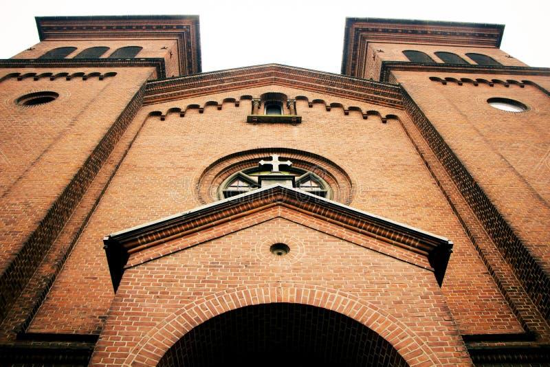 Große Kirche mit zwei Türmen lizenzfreies stockbild