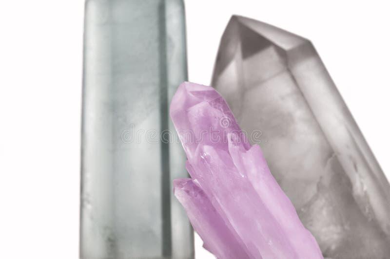Große klare reine transparente große königliche Kristalle von Quarz Chalcedony auf lokalisierter weißer Hintergrundnahaufnahme stockfotografie