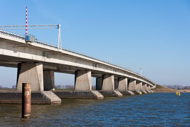 Große konkrete Brücke in den Niederlanden stockfotografie
