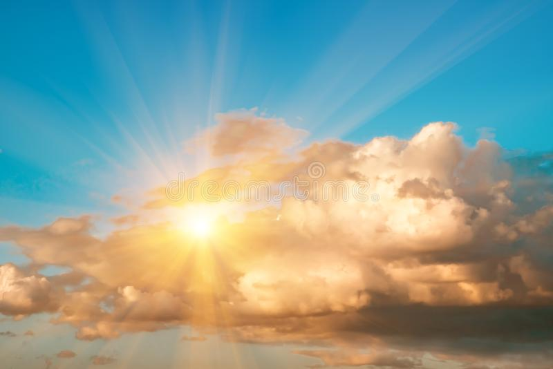 Große Kumulussturmwolken und -sonne im blauen Himmel stockfotografie
