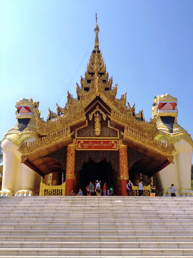 Große Löwewächterstatue am Eingang zu Shwedagon-Pagode lizenzfreie stockbilder