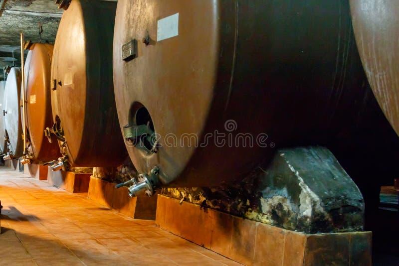 Große Lagertanks, in denen Traubensaft in Weinkeller gealtert wird stockbild