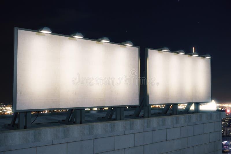 Große leere Anschlagtafel zwei auf dem Hintergrund der Stadt nachts, stockfotografie
