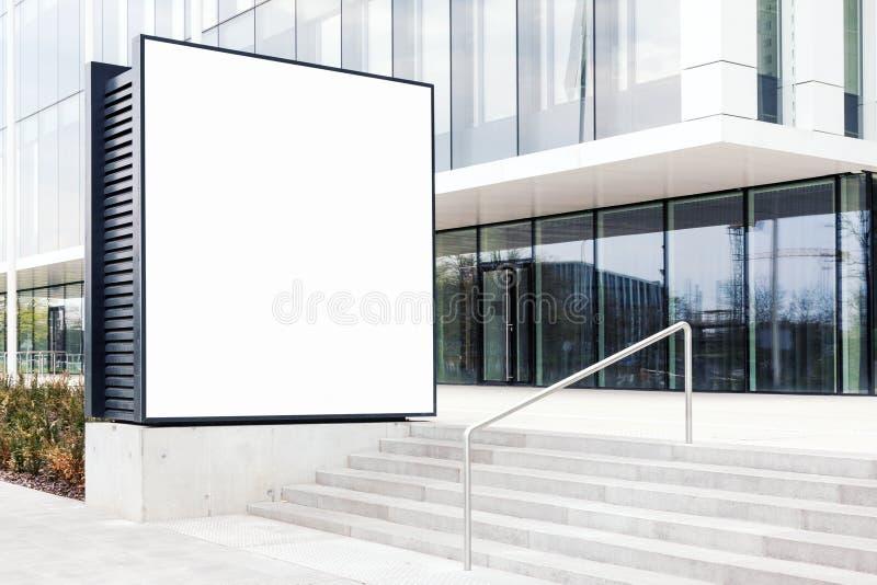 Große leere Anschlagtafelschablone im Freien mit weißem Kopienraum lizenzfreies stockbild
