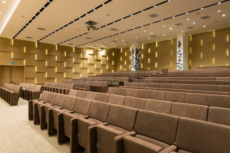 Große leere moderne Sitzung, Konferenzsaal stockfotos