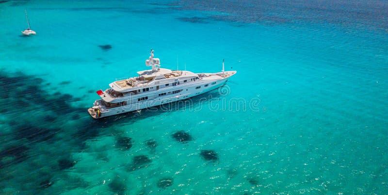 Große Luxusyacht, die im seichten Wasser verankert, lizenzfreie stockfotografie