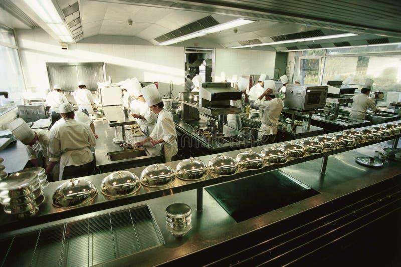 Große Luxuxgaststätteküche stockbilder