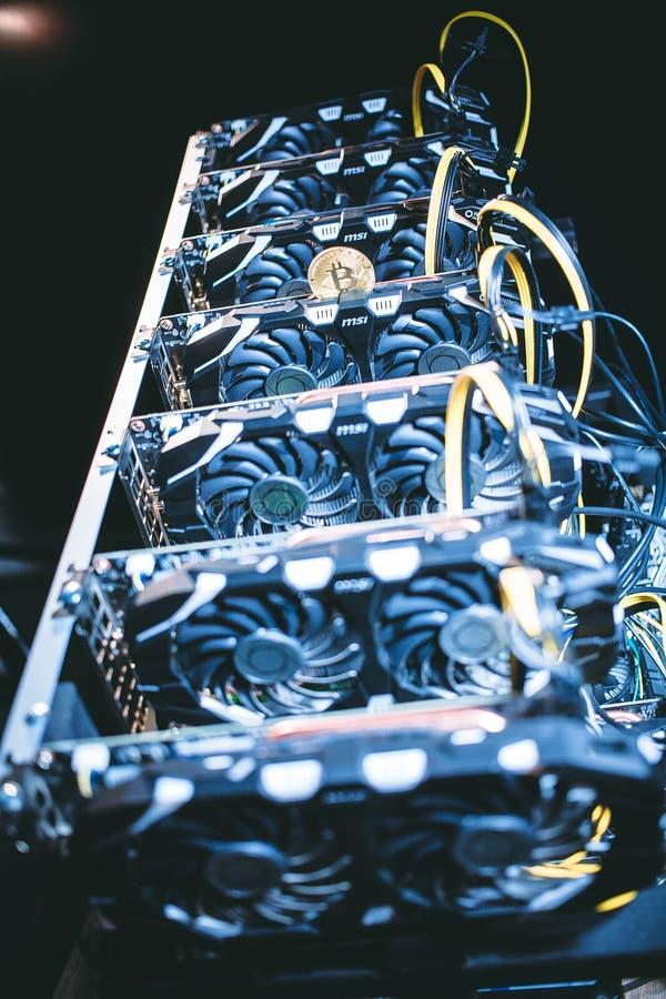 Große IT-Maschine mit Fans Bitcoin-Bergbau-Bauernhof stockfotos
