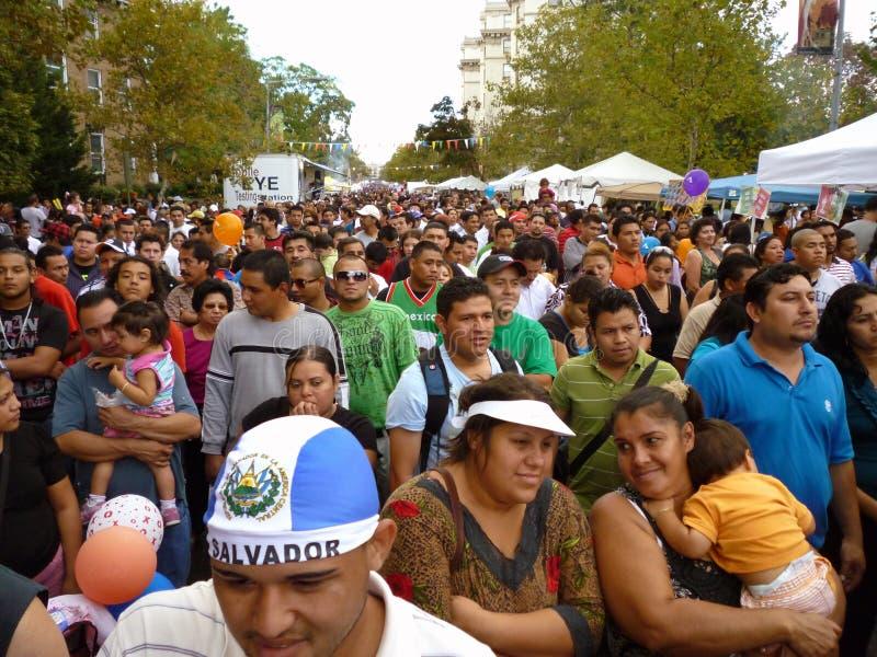 Große Masse am Latino-Festival lizenzfreie stockbilder