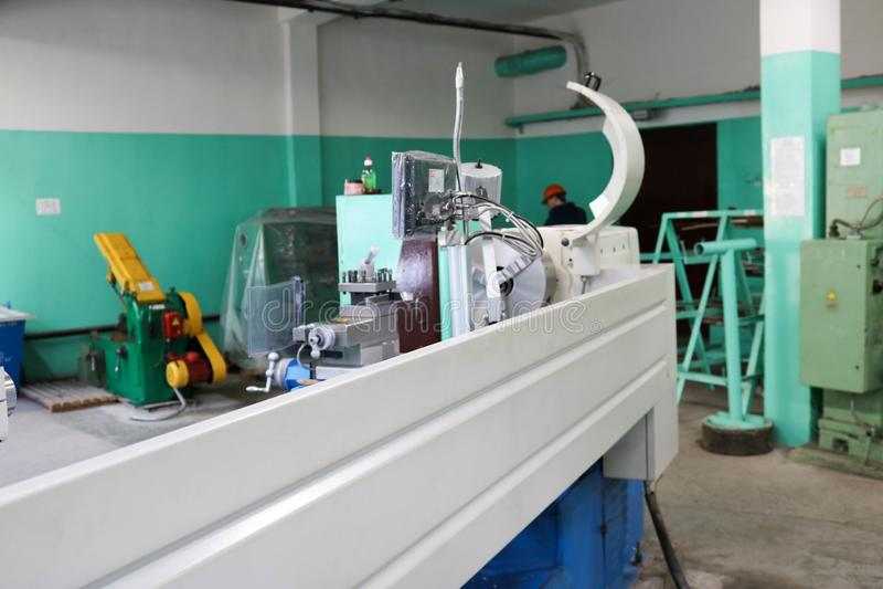 Große Metalleisen-Bankdrehbank, Ausrüstung für Reparatur, Arbeit mit Metall in der Werkstatt in der metallurgischen Anlage in der lizenzfreies stockfoto