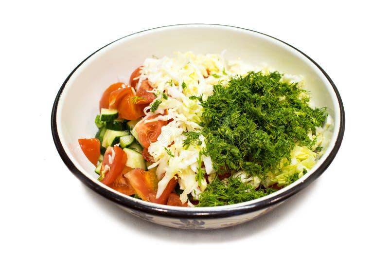 Große Metallschüssel Gemüsesalat von der Tomate, Gurke, cabba lizenzfreie stockbilder