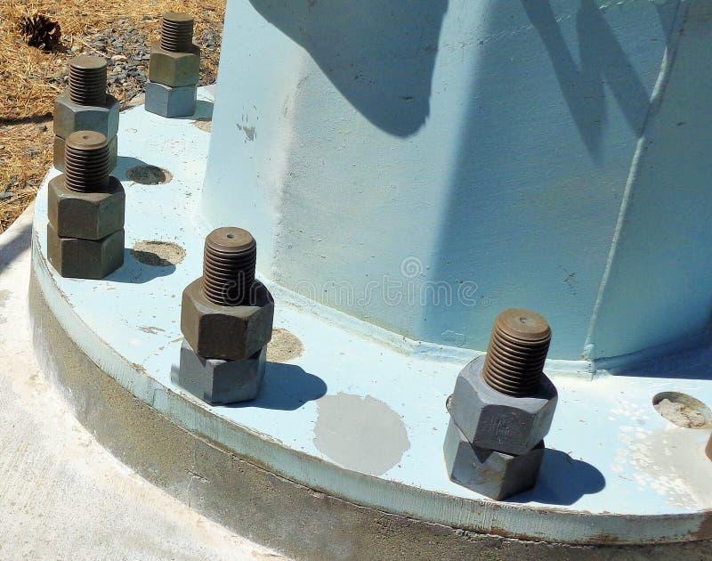 Große Nüsse - und - Bolzen an der Basis einer Säule stockbild