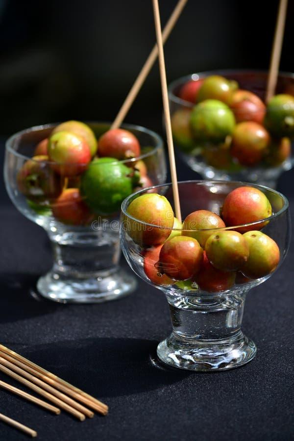 Gläser der roten Guave lizenzfreie stockbilder