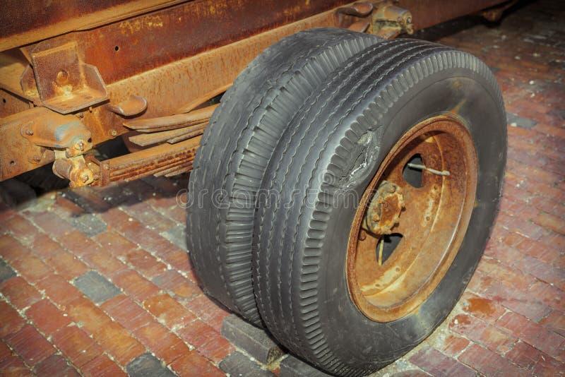 Große Nahaufnahmeansicht des rostigen LKW-Rahmens der alten Weinlese und der schädigenden, gebrochenen Räder lizenzfreies stockbild