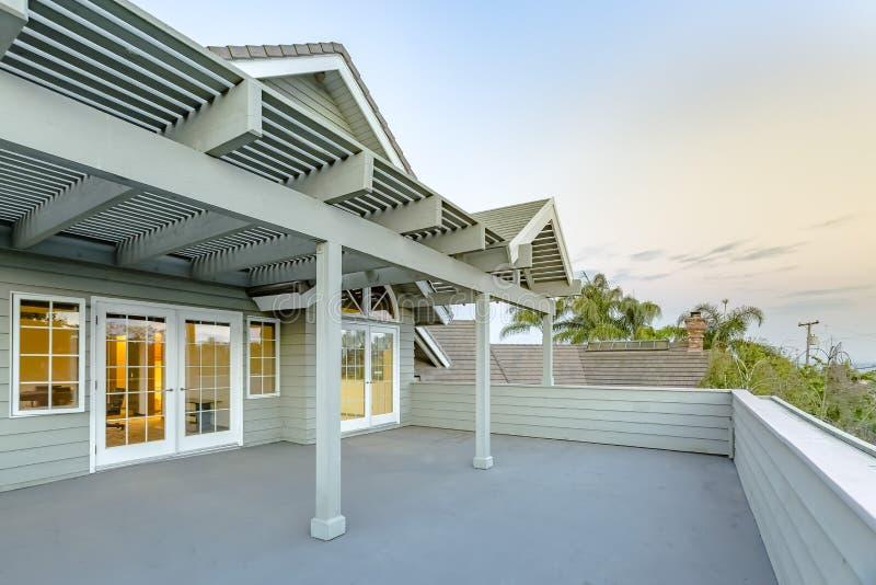 Große oben Plattform in Süd-Kalifornien-Haus mit Gitter cov stockfotografie