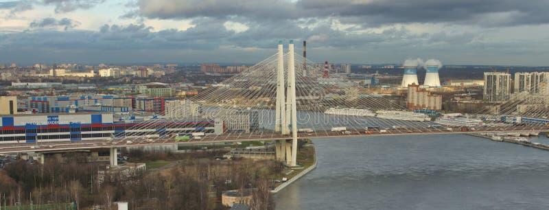 Große Obukhov-Brücke in St Petersburg, Panoramavogelperspektive lizenzfreie stockfotos