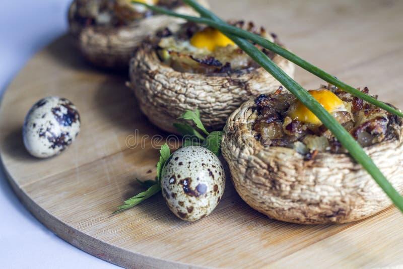 Große Pilze angefüllt mit dem Ei schön konserviert stockfotografie