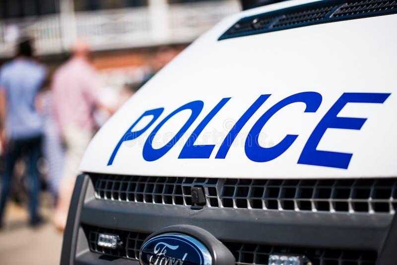 Große Polizei unterzeichnet auf der Front eines weißen Patrouillenfahrzeugs stockbilder