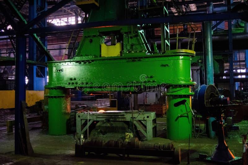 Große Pressmaschine in der industriellen Geschäftsschmiedenanlage Produktionsmaschinen, Ausrüstung und schweres Eisen, die im ind lizenzfreies stockfoto