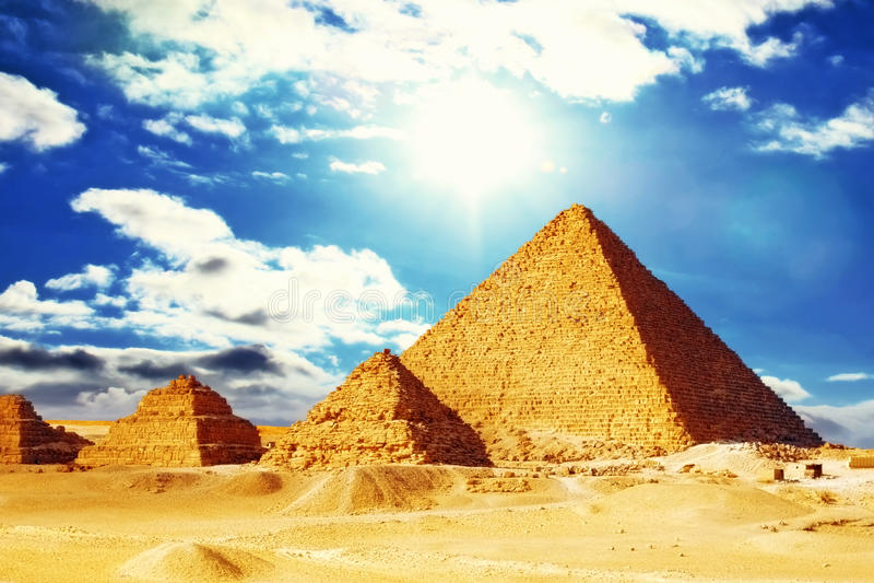 Große Pyramide gelegen in Giseh. lizenzfreie stockfotos