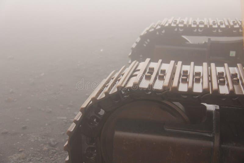 Große Raupenschlepper auf der Insel von Sizilien, Italien Mystische Metallgleiskettenfahrzeuge im Nebel auf dem Ätna lizenzfreie stockfotos