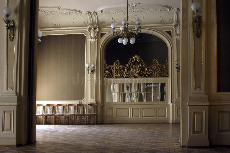 Große reiche Halle des Innengitters im Palast lizenzfreies stockbild