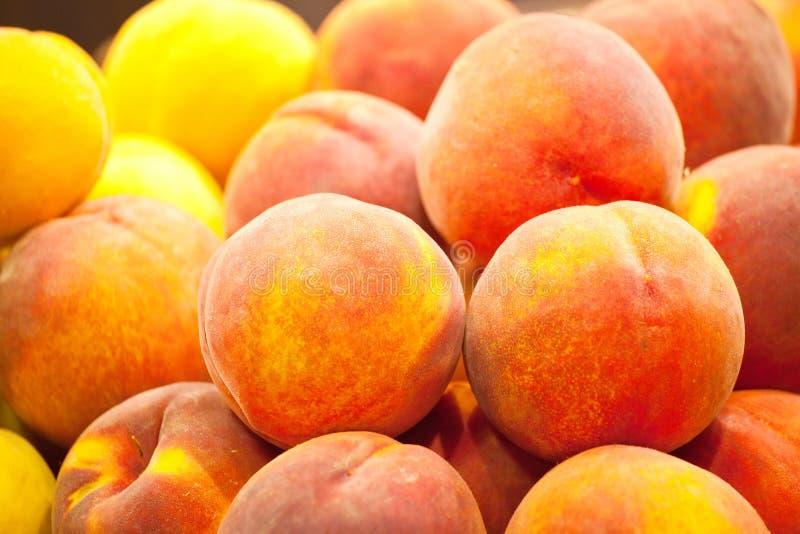 Große reife Pfirsiche auf Lebensmittelgeschäftzähler stockfotografie
