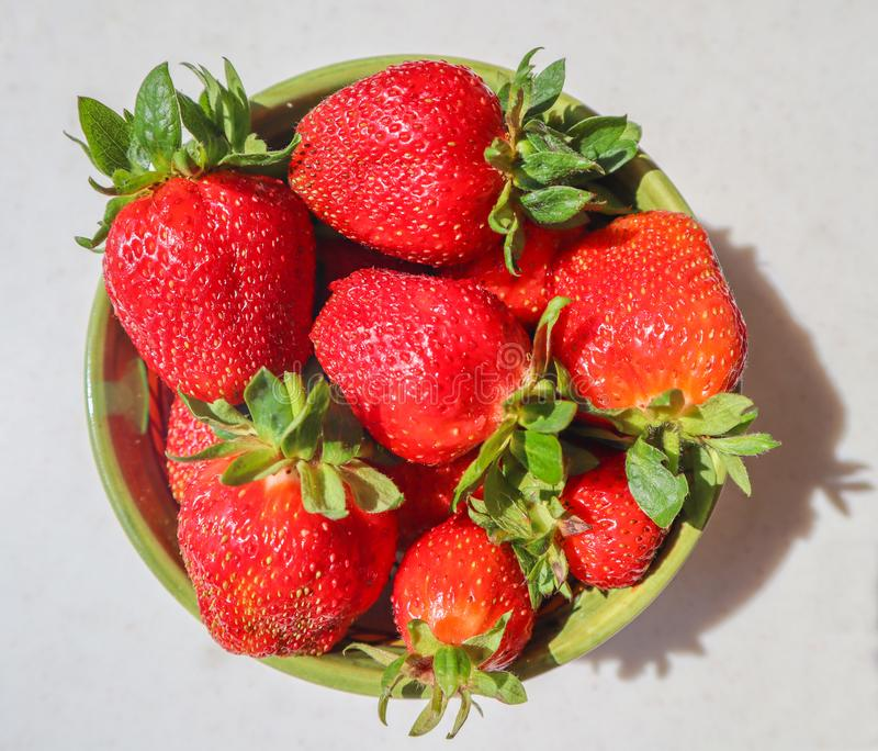 Große reife rote saftige Erdbeeren in einer Schüssel auf einem weißen Hintergrund stockfoto