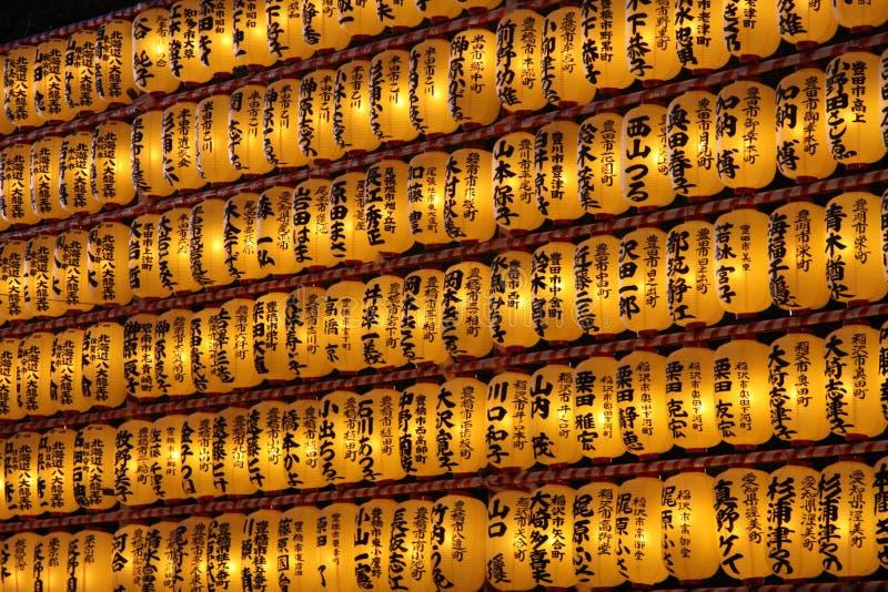 Große Reihen der japanischen Laternen vom seitlichen Winkel stockfotografie
