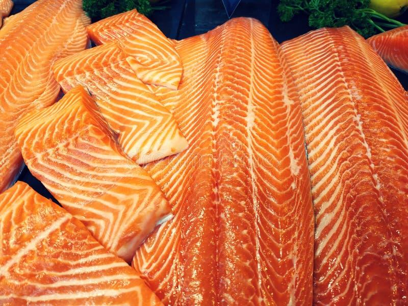 Große rohe natürliche frische Lachse für Verkauf im Markt lizenzfreie stockbilder