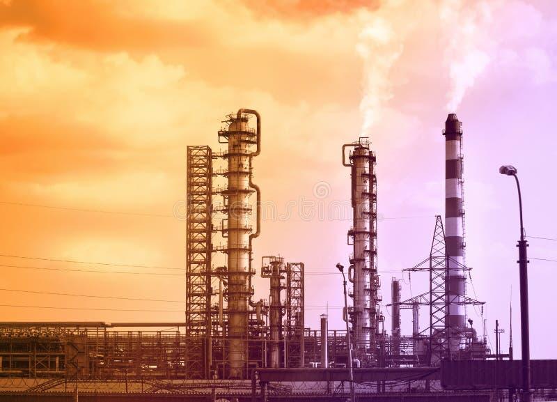 Große Rohre, von denen es Rauch an der Raffinerie gibt stockfotografie