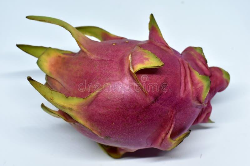 Große rosa Drachefrucht auf weißem Hintergrund stockfoto