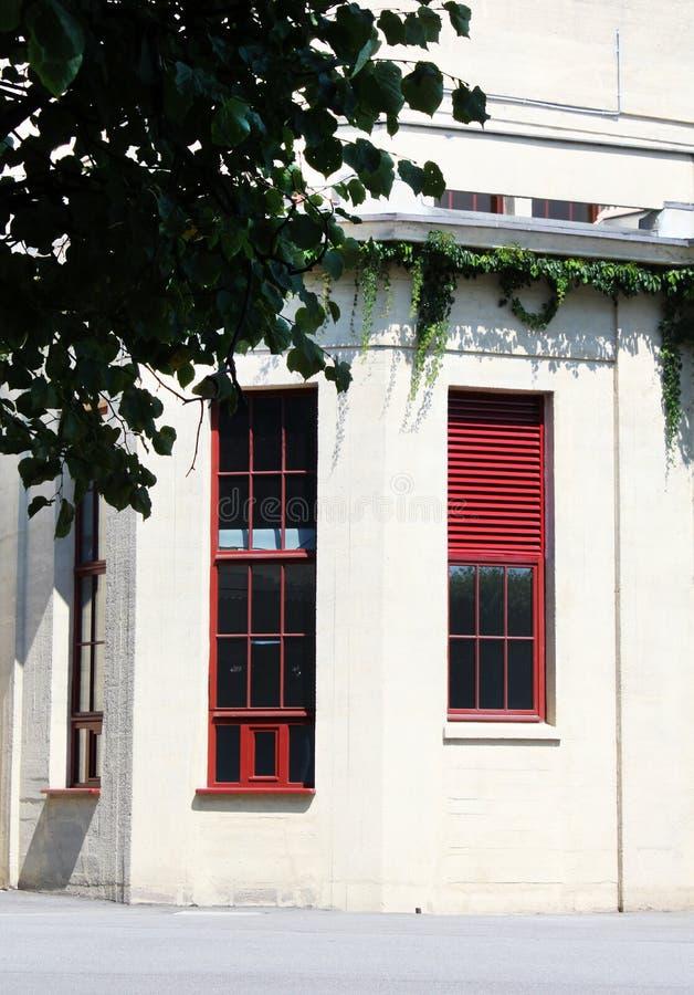Große rote Fenster lizenzfreie stockfotos