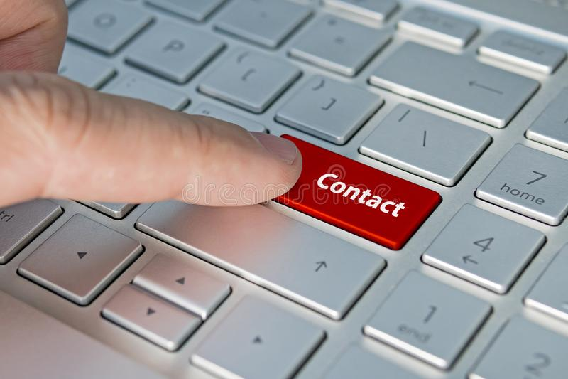 Große Rote treten mit uns Tastaturknopf in Verbindung Kontaktaufschriften auf dem Tastaturknopf stockfotografie