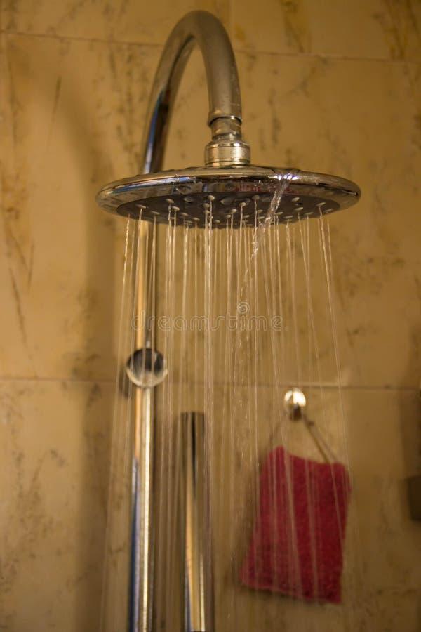 Große runde Dusche mit flüssigem Wasser stockbild
