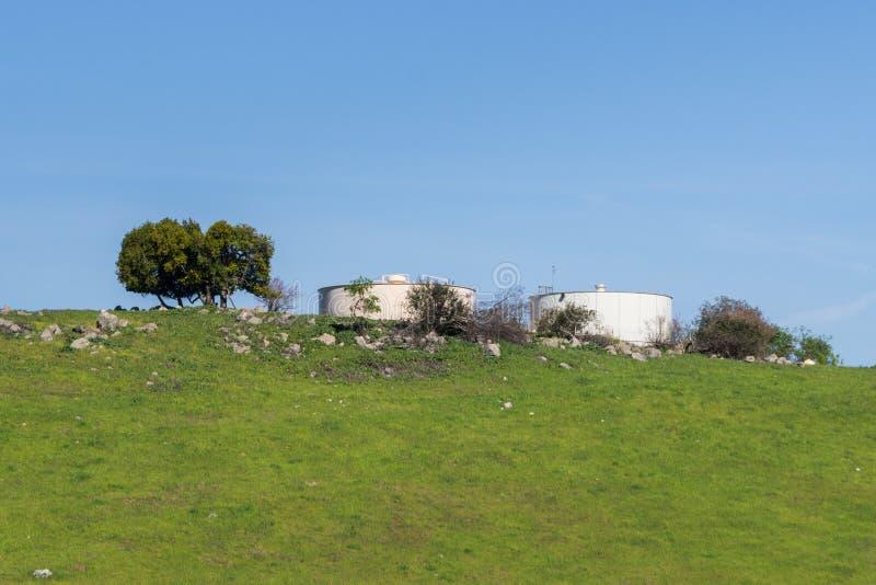 Große, runde Wasserbehälter auf einen Hügel auf einem Hintergrund des blauen Himmels, Kalifornien lizenzfreie stockbilder