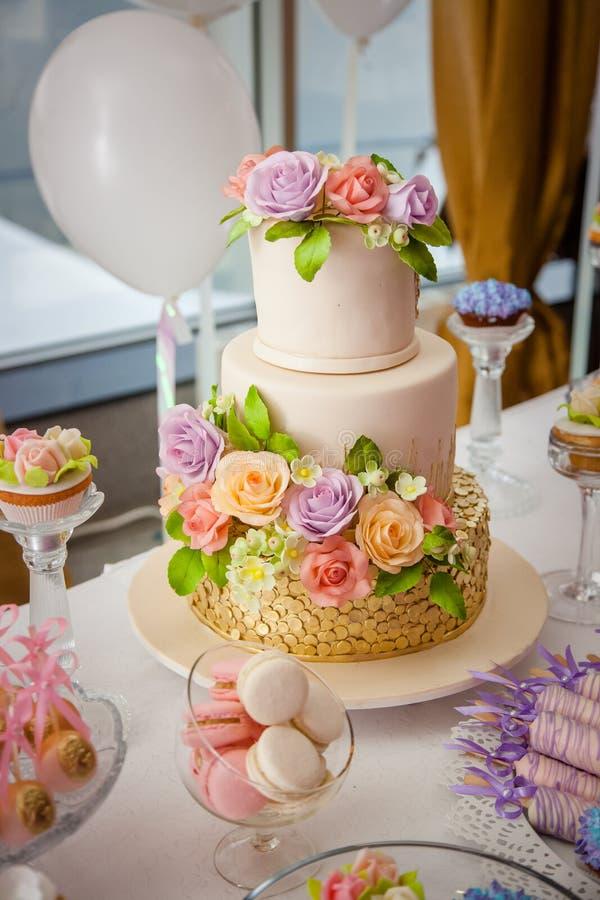 Große süße mehrstufige Hochzeitstorte verziert mit Blumen Konzept des Schokoriegels auf Partei stockfotos