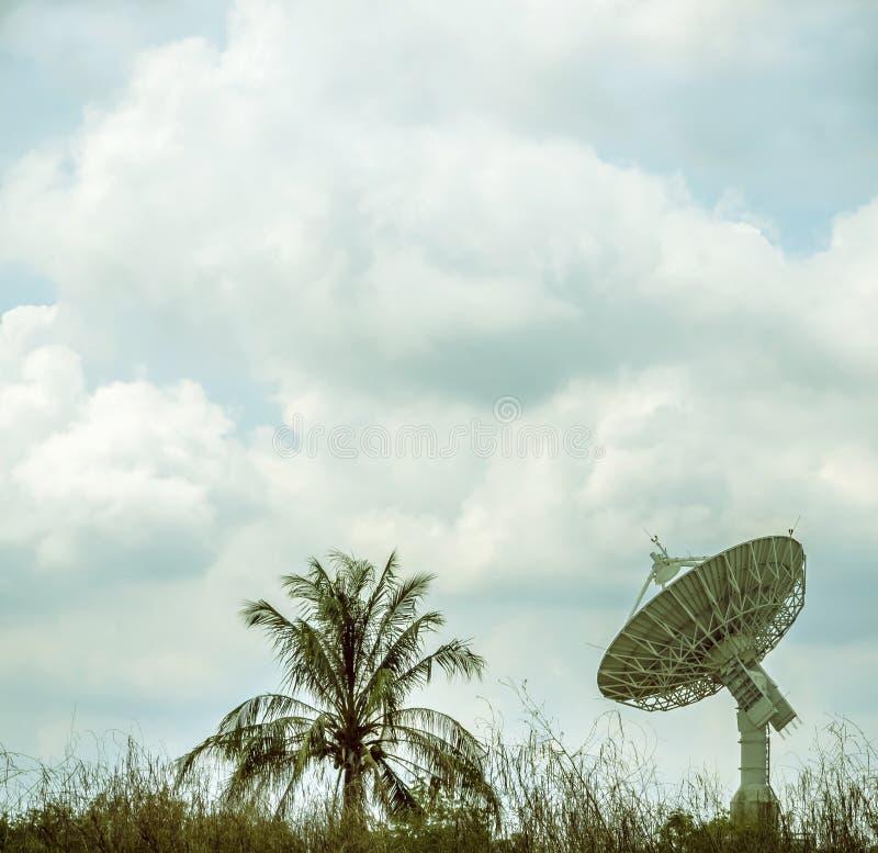 Große Satellitenschüssel lizenzfreie stockfotografie