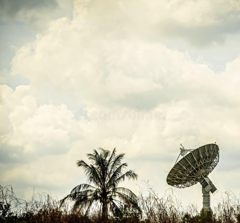 Große Satellitenschüssel stockfotografie