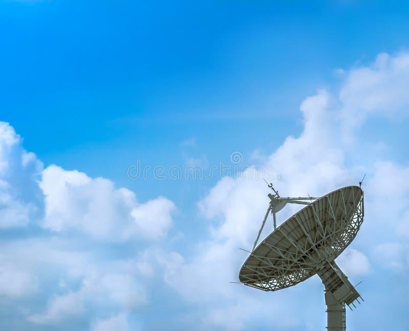 Große Satellitenschüssel lizenzfreie stockbilder