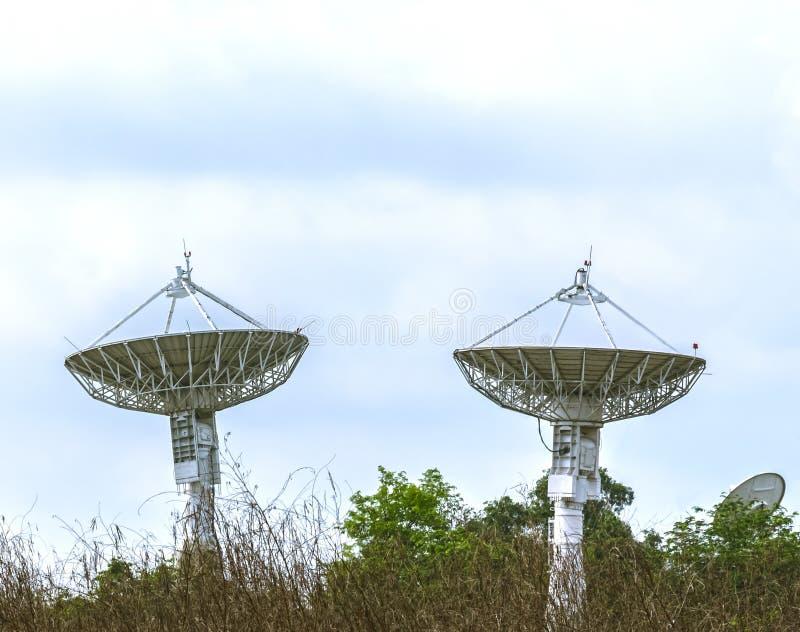 Große Satellitenschüssel zwei lizenzfreie stockbilder