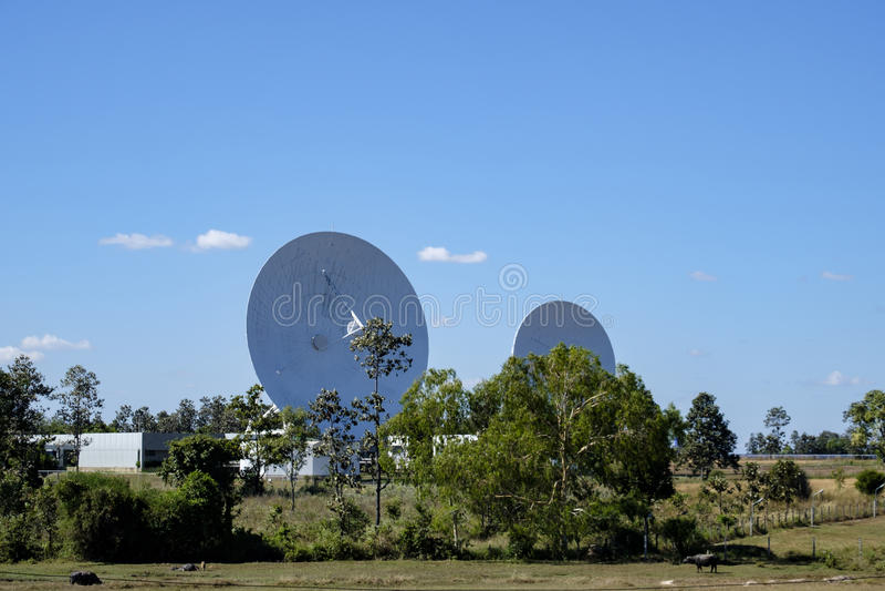 Große SatellitenschüsselRadarantennestation mit blauem Himmel lizenzfreies stockbild
