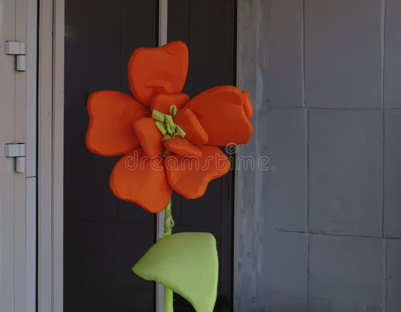 Große schöne Dahlie mit den orangegelben Blumenblättern Abschluss oben stockfoto
