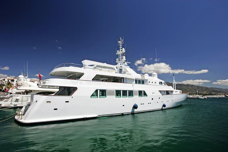Große, schöne, erstaunliche und luxuriöse weiße Yachten lizenzfreies stockfoto