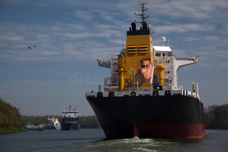 Große Schiffe in Kiel Canal lizenzfreie stockbilder