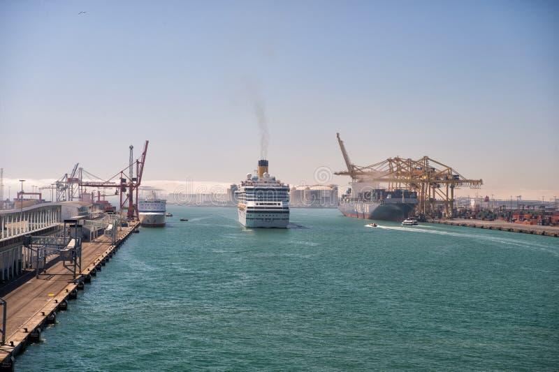 Große Schiffe kommen Seehafen stockfoto