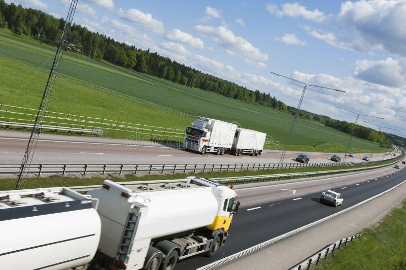 Große schwere Anlieferungen auf Autobahn lizenzfreie stockfotografie